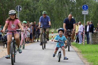 Radweg-Übergabe in Callenberg am Montagnachmittag: Die ersten Radfahrer sind in Richtung Reichenbach unterwegs.
