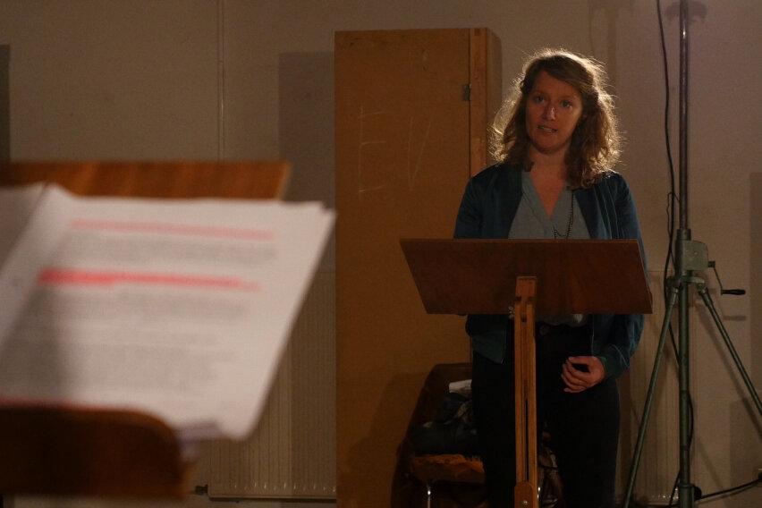 """Magda Decker bei der Aufnahme des Hörspiels """"Die Feuerrote Blume"""", einer Audioversion des eigentlich geplanten Weihnachtsmärchens. Decker hat auch selbst ein Hörspiel geschrieben."""