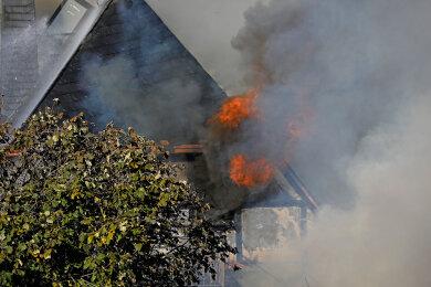 Nachdem die Scheune abgebrannt war, griffen die Flammen auf das Wohnhaus über (Foto).