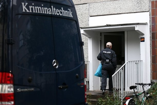 Polizei und Kriminaltechnik untersuchen eine Wohnung im Leipziger Stadtteil Paunsdorf.