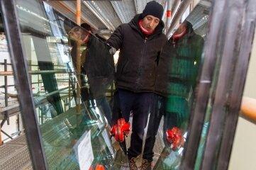 Die leichtesten Doppelscheiben wiegen 40 Kilogramm. Im Bild: Mitarbeiter der Firma Glas Fuchs.