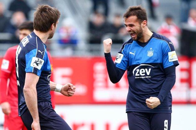 Torschütze Ronny König und Fabian Eisele bejubeln die Führung. Am Ende hieß es gegen Würzburg 1:1.