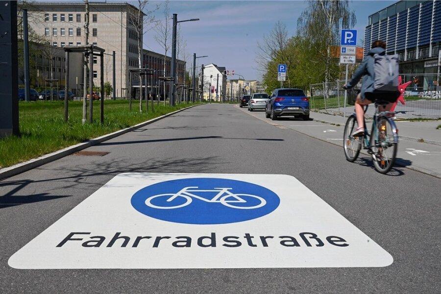 Kaum zu übersehen: Die Reichenhainer Straße ist zwischen Campusplatz und Lutherstraße zur ersten Fahrradstraße in Chemnitz geworden. Autofahrer müssen sich dort neuerdings unterordnen.