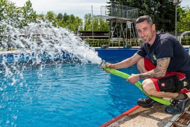 Auch im Peniger Freibad, das - wenn das Wetter mitspielt - am 11. Juni öffnet, laufen die Vorbereitungen. Schwimmmeister Maik Fleischer befüllt das Becken.