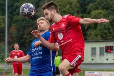 Nur selten auf Augenhöhe: Der Frankenberger Danny Koszellni (l.) trug sich mit einem Treffer in die Torschützenliste ein. Lukas Jaeckel und seine Rochlitzer Teamkollegen warten weiter auf den ersten Saisonsieg.