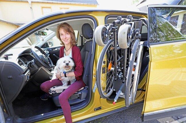 """Sandra Hauptmann freut sich über ihr neues Auto, das durch Spenden des Vereins """"Leser helfen"""" angeschafft werden konnte und speziell für die Anforderungen der jungen Frau ausgestattet wurde."""
