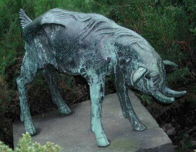 Der Bock aus Bronze stand zuvor an der Bernsdorfer Straße. Unbekannte hatten ihn Anfang August entwendet.