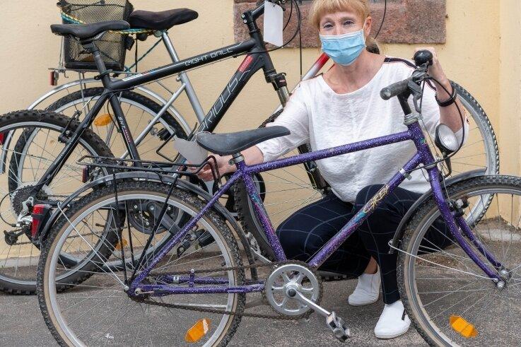 Janett Schnabel-Hennicke vom Ordnungsamt der Stadt Lunzenau mit einem Teil der Fund-Fahrräder, die versteigert werden sollen.