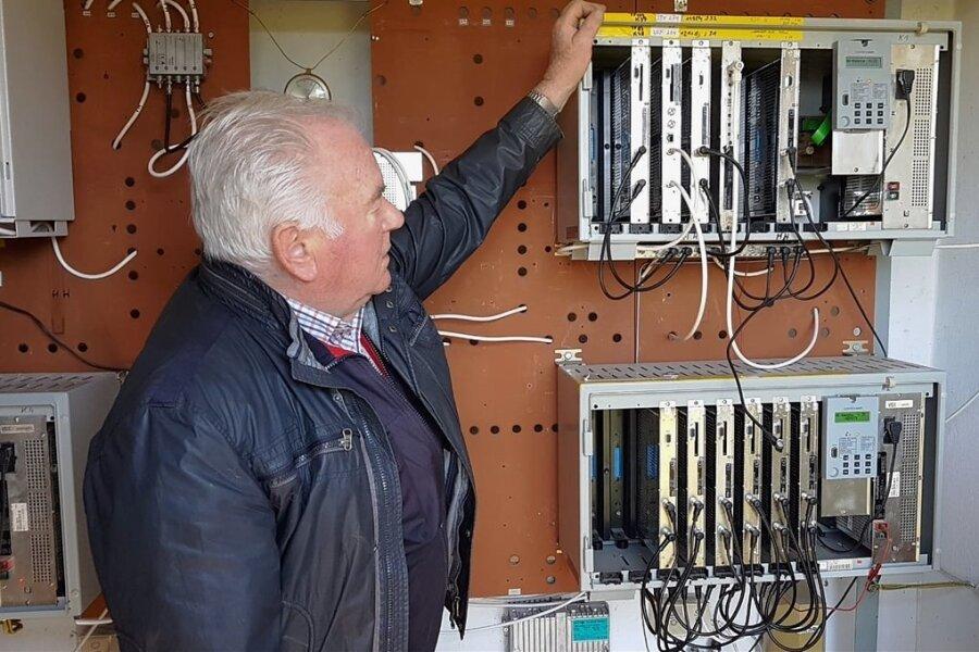Firmenchef Frieder Flechsig an der Kopfstelle in Saupersdorf, wo das Antennensignal empfangen und im Ort sowie in Hartmannsdorf verteilt wird.