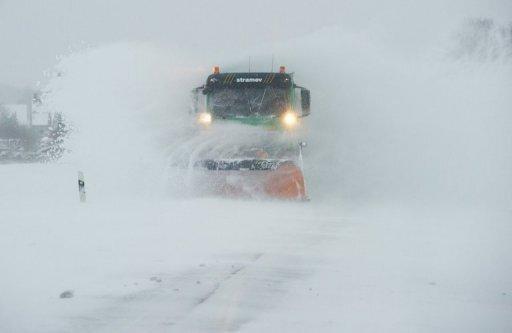 Schneefälle und Eisregen sorgen vor allem im Westen und Norden Deutschlands für massive Störungen im Bahn- und Flugverkehr. Nach Angaben des Deutschen Wetterdienstes werden in mehreren Regionen der Republik unwetterartige Schneefälle erwartet.