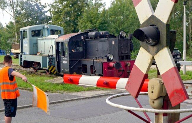 Brückenbergbahn, hier auf einer Aufnahme vom September 2020 am Bahnübergang Reinsdorfer Straße.