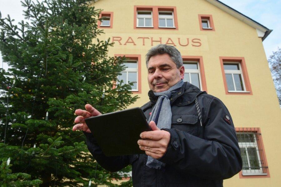 Hartmannsdorfs Bürgermeister hat schon mal sein Tablet zur Hand genommen, um zu zeigen, wie künftig per Klick Gemeinde-Dienstleistungen genutzt werden können. Dann ist der Gang ins Rathaus nicht mehr notwendig.