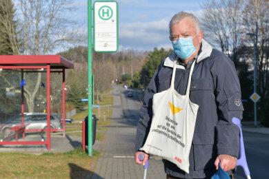 Waldemar Thonig aus Brand-Erbisdorf setzt im Bus und beim Einkaufen eine Maske auf.