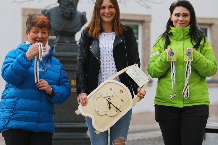 Rennrodlerin Julia Taubitz aus Annaberg trägt mit ihren Erfolgen den Namen ihrer Heimatstadt in die Welt hinaus. Petra Hahn (l.) und Lisa Schubert (r.) aus dem Fanclub überraschten sie jetzt mit einem Präsent.