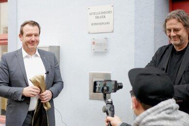 OB Sven Krüger und Intendant Ralf-Peter Schulze drehten ein Video zur Mitgliedschaft in der Perspectiv-Gesellschaft. Diese Aufnahme sowie Videogrüße von Schauspielerin Helen Mirren und Perspectiv-Präsident Mark Fox werden zum Welttheatertag am Samstag ins Netz gestellt.