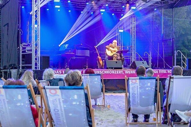 Vor rund 450 Gästen in Liegestühlen gab Heinz Rudolf Kunze am Samstag seine Hits zum Besten.