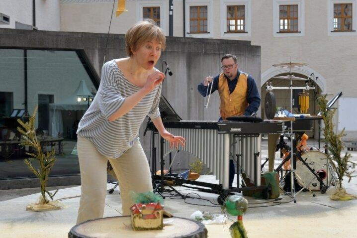 """Am heutigen Mittwoch hat das musikalische Märchen """"Gold!"""" seine Premiere auf dem Freiberger Schlosshof. Mezzosopran Dimitra Kalaitzi-Tilikidou und Michael Winkler an der Percussion laufen zur Hochform auf."""