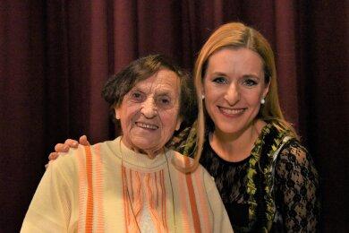 Seit vielen Jahren Stefanie-Hertel-Fan: Beim Adventskonzert am Samstagabend traf die 106-jährige Anna Seidel ihren Star hinter der Bühne.