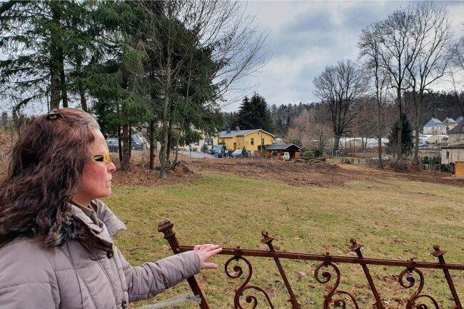 Nachdem 30 Bäume gefällt wurden, kann die Amtsbergerin heute quer über das Grundstück bis auf die andere Seite der Bergstraße blicken.