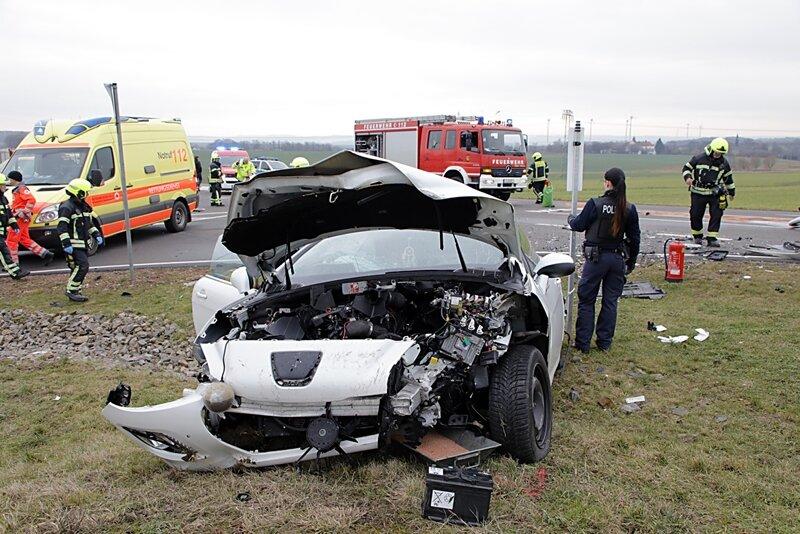 Röhrsdorf: Feuerwehr befreit Verletzte aus Unfallwagen - Leipziger Straße gesperrt
