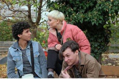 Die verlorenen Kinder von Oggersheim: Vanessa (Lena Urzendowsky) und Leon (Michelangelo Fortuzzi) lästern über Samir (Mohamed Issa, links).