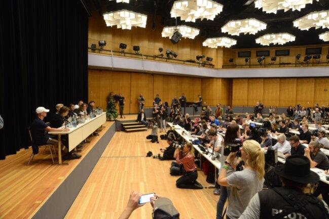 Etwa 200 Journalisten sind bei der Pressekonferenz.