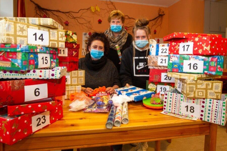 Rose Lüth, Leiterin Silke Neumann und Pauline Ludwig (von links) haben in den vergangenen Tagen fleißig gebastelt, um anderen mit einem eigenen Adventskalender etwas Freude zu machen.
