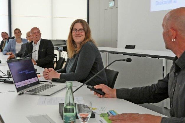 """Nicola Niedernolte und Elfried Börner stellten gemeinsam mit weiteren Partnern im Bürgersaal des Rathauses das Projekt """"Stark ohne Drogen"""" vor."""