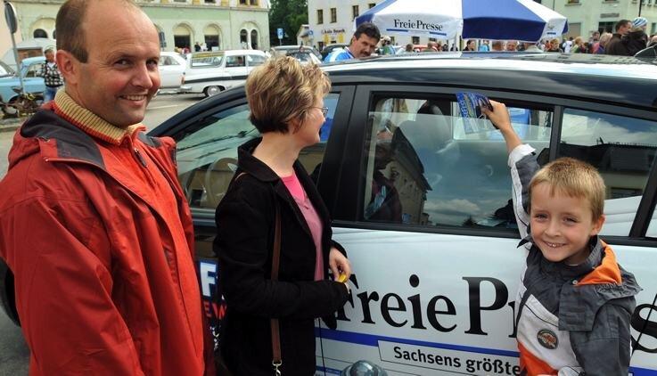 """<p class=""""artikelinhalt"""">Der Nissan Tiida machte am Sonntag zum Oldtimertreffen auf dem Brander Markt Station. Uwe Naumann mit Simone und Tom aus Bräunsdorf versuchten ihr Glück.</p>"""