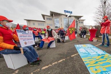 Beschäftigte der Firma Mahle in Heinsdorfergrund haben am Dienstag kurzzeitig die Arbeit niedergelegt. Sie fürchten um ihre Arbeitsplätze