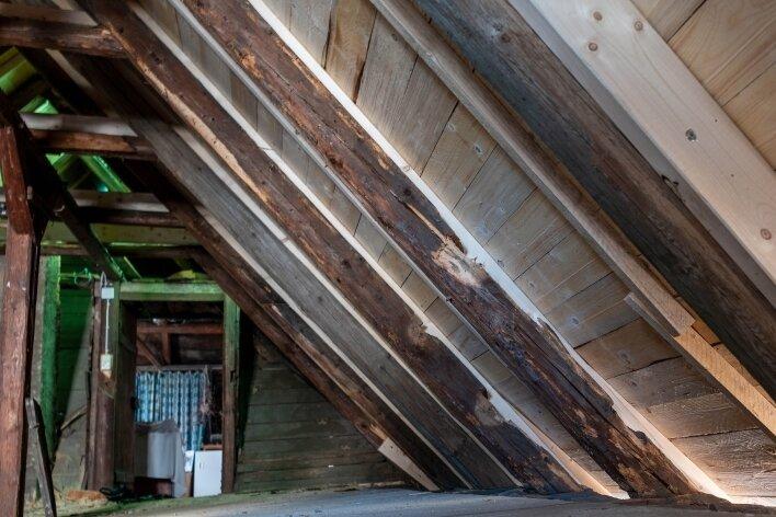 Alte Balken des Dachstuhls des Anbaus wurden teils verstärkt oder komplett ersetzt. Die Arbeiten hierfür haben zusätzliche Kosten verursacht.