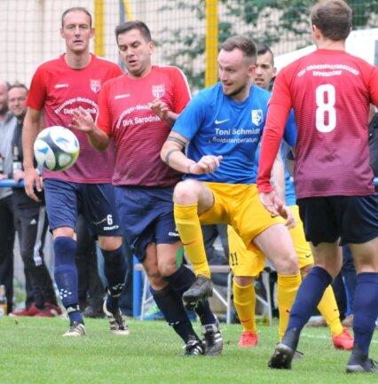 Kurt Reichelt vom Oederaner SC (in Blau) hatte gegen den TSV Großwaltersdorf/Eppendorf, hier mit Mirco Richter und Oliver Petermann (l.), einen schweren Stand. Am Ende gab es eine Punkteteilung.