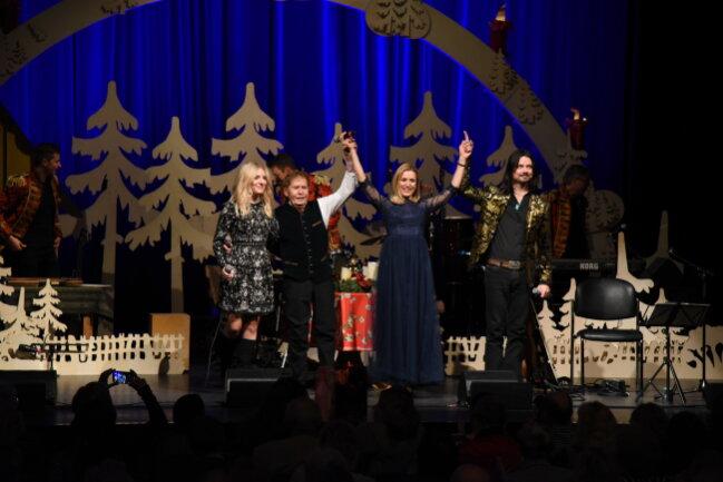 Johanna Mross, Eberhard Hertel, Stefanie Hertel und Lanny Lanner boten auf der Bühne eine besinnliche Weihnachtsgeschichte.