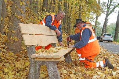 Volkmar Domaschk (links) und Klaus Körner vom Wildenfelser Bauhof nutzen in der Stadt eingeschlagenes Holz zur Erneuerung von Bänken.