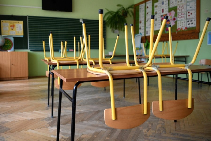 Leere Klassenzimmer: Dieses Bild zeigt sich an mehreren Schulen im Landkreis Zwickau. Wegen der Coronapandemie müssen zahlreiche Schüler vorübergehend zu Hause lernen.