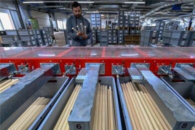 Produktionsleiter Denny Liebel kontrolliert die Fertigung von Trommelstöcken in der Firma Rohema Percussion in Markneukirchen.