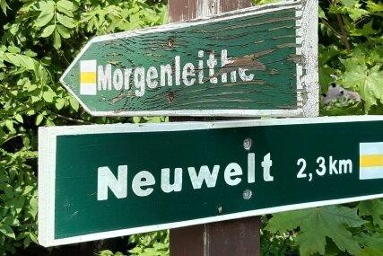 Am Bockauer Weg bei Schwarzenberg-Heide stehen an einer Kreuzung diese Schilder. Das obere ist nicht mehr in bestem Zustand.