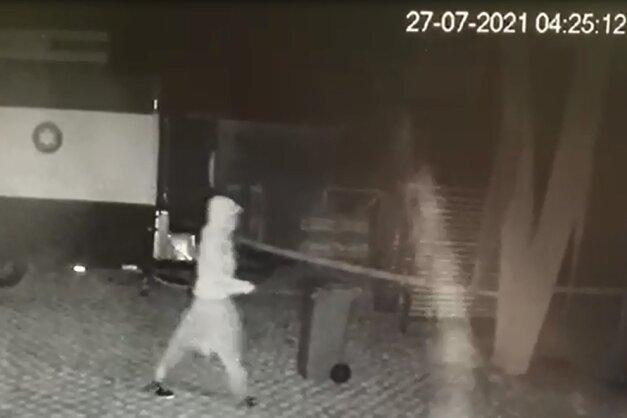 Foto der Überwachungskamera: 4.25 Uhr stieg der Täter ein.