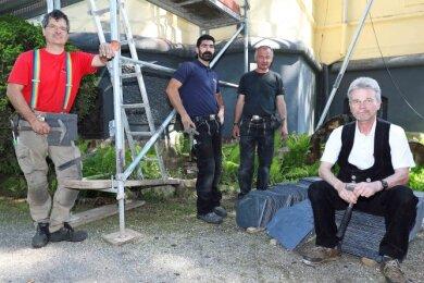 Dachdeckermeister Dieter Jahn (r.) ist mit seinen Mitarbeitern Danilo Scheerer, Mahmood Leitholdt und Uwe Heinz (v. l.) derzeit auf einer Baustelle in Neukirchen beschäftigt.