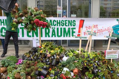 Vor dem Sozialministerium hatten Baumarkt-Betreiber am Sonntag gegen die Schließung der Gartenabteilungen protestiert.