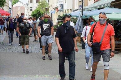 Crimmitschau läuft: Initiator Heike Gumprecht (vorne rechts) hatte zu dem Spaziergänge durch die Fußgängerzone eingeladen. Laut Polizei gab es weder in Crimmitschau noch in Meerane Zwischenfälle.