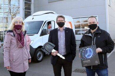 Olaf Schöber (Mitte) und Rene König vom Autohaus Lueg in Zwickau überreichten am Montag Cornelia Goral, Geschäftsführerin der Glauchauer Tafel, die Schlüssel des neuen Transporters.