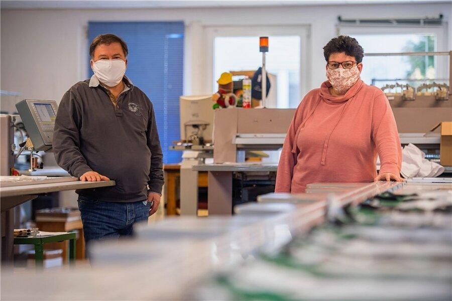 In der Stickerei Funke (Foto rechts unten) wurden und werden Masken produziert - im Bild Geschäftsführer Hartmut Funke und Vertriebsleiterin Anke Scheibner.