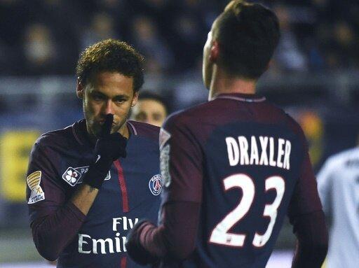 Neymar (l.) jubelt mit Julian Draxler
