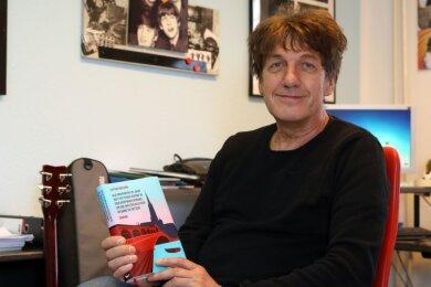 Lothar Becker mit seinem neuen Roman. Dessen Buchtitel ist zwar lang wie der russische Winter, die Handlung um die beiden armen Schlucker Bruno und Herbert aber eher kurzweilig.