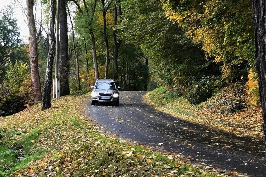 Die Ortsdurchfahrt Bösenbrunn ist schmal und in schlechtem Zustand. Einen Fußweg gibt es nur auf einem kleinen Teilabschnitt.