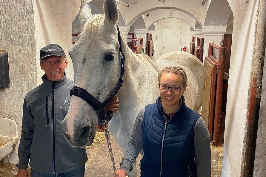 Haben am Samstag Pferdesportler aus der ganzen Region zu Gast: Vereinschef Achim Seidel und Jugendwart Julia Stingl - die für das Foto ihr Reitpferd Feodora aus der Box geholt hat.