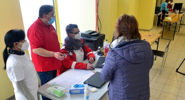Bei einer Anmeldung werden alle Unterlagen von Mitarbeitern des Impfzentrums Mittweida geprüft. Dann geht es in den Wartebereich.