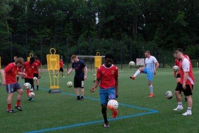 Auch die Fußballer des VfB Lengenfeld sind wieder am Ball. Das Foto entstand beim Training am Dienstag. Im Achtelfinale ist der VfB am Sonntag Gastgeber für das Nachbarschaftsduell mit der SG Rotschau.