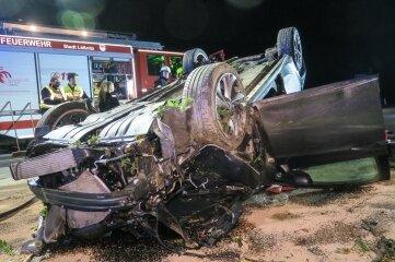 Der Opel blieb nach dem Unfall auf dem Dach liegen.